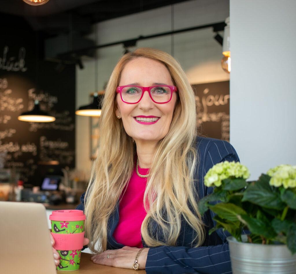 LernHelden.online Unser Team Co Gründerin Regine Lang M.A. Expertin für Wirtschaftsmediation, Konfliktlösung und zeitgemäße Führung